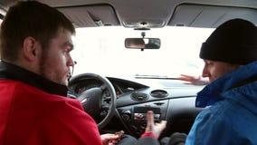 Twee mensen begroeten binnen de auto stock footage