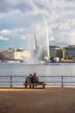 Twee mensen bekijken de fontein in het centrum van Hamburg Royalty-vrije Stock Foto's