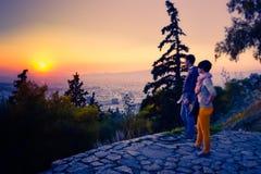 Twee mensen bekijken vanuit het gezichtspunt een zonsondergang stock foto