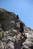 Twee mensen bergbeklimming stock foto's