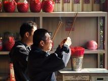Twee Mensen bidden voor het Chinese Nieuwjaar Royalty-vrije Stock Fotografie