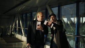 Twee mensen bij de luchthaven die de documenten proberen te regelen en de vereiste poort te vinden stock footage