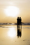 Twee mensen bij het strand in de ochtend Royalty-vrije Stock Afbeeldingen