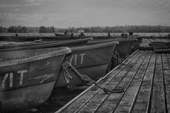 Twee mensen in boot die aan pijler hebben vastgelegd Royalty-vrije Stock Fotografie