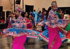 Twee Mensen dansen in actie Genietend van Hindoes festival van traditioneel dragen van Navratri Garba verbruik royalty-vrije stock afbeeldingen