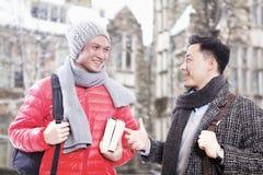 Twee mensen in de winterkleren het spreken Stock Afbeeldingen