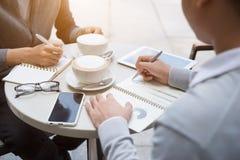 Twee mensen delen nieuws, foto's, video op smartphone Stock Fotografie