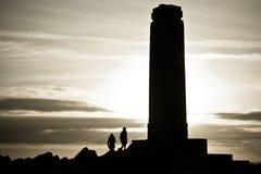 Twee mensen die aan monument lopen Stock Foto's