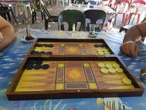 Twee mensen die backgammon spelen bij dorpscoffeehouse royalty-vrije stock fotografie