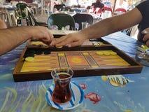 Twee mensen die backgammon spelen bij dorpscoffeehouse royalty-vrije stock foto's