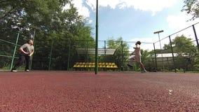 Twee mensen die Badminton op hof spelen stock video
