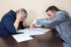 Twee mensen die in bureau en het thiking zitten Stock Foto