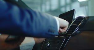 Twee mensen die computer aan boord in auto testen stock footage