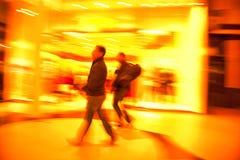 Twee mensen die in de stad winkelen royalty-vrije stock fotografie
