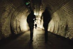 Twee mensen die in de tunnel lopen Royalty-vrije Stock Fotografie
