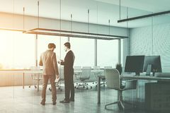 Twee mensen die in een moderne bureauvergaderzaal spreken Royalty-vrije Stock Foto's