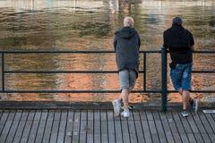 Twee mensen die een stromende rivier bekijken stock fotografie