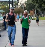 Twee mensen die en op de straat van Jacksonville lopen babbelen royalty-vrije stock foto's