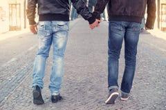 Twee mensen die handen houden Stock Foto's