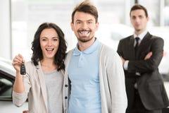 Twee mensen die handen na commerciële bedrijfsovereenkomst schudden stock foto's