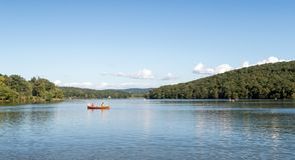 Twee mensen die in kano op Meer Taghkanic vissen royalty-vrije stock afbeelding