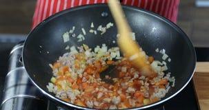 Twee mensen die maaltijd in keuken koken stock video