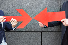 Twee mensen die met rode pijlen richten Royalty-vrije Stock Foto's