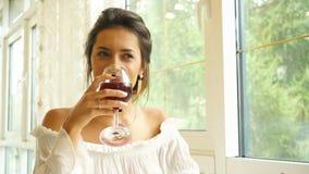 Twee mensen die met wijnglazen roosteren Jong paar die rode wijn drinken bij restaurant stock videobeelden