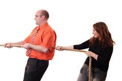 Twee mensen die op een kabel trekken Stock Afbeeldingen