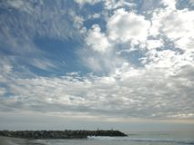Twee mensen die op een rotsachtige pijler in New Port Beach, Californië vissen Stock Afbeelding