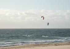 Twee mensen die op het strand in Indische Oceaan in Perth kitesurfing Stock Fotografie