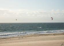 Twee mensen die op het strand in Indische Oceaan in Perth kitesurfing Royalty-vrije Stock Fotografie