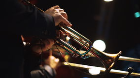 Twee mensen die op trompetten op stadium 1 spelen stock footage