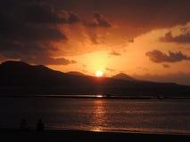 Twee mensen die op zonsondergang op het strand van Las Palmas DE Gran Canaria letten stock afbeeldingen
