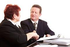 Twee mensen die overeenkomst verzegelen Stock Foto's