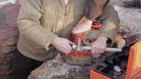 Twee mensen die reparatie van watervoorzieningssysteem maken, die de hulpmiddelen met behulp van Systeem van de loodgieter het be stock footage