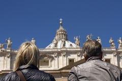 Twee mensen die St Pietro basillica in de Stad van Vatikaan bekijken Stock Afbeelding