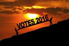 Twee mensen die tekst van stemmen 2016 dragen Royalty-vrije Stock Afbeeldingen