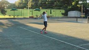 Twee mensen die tennis spelen stock video
