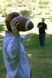 Twee mensen die voetbal spelen Royalty-vrije Stock Afbeelding