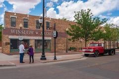 Twee mensen die zich op de hoek in Winslow Arizona bevinden stock afbeelding