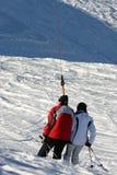 Twee mensen in een skilift stock foto's