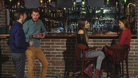 Twee mensen flirten bij de bar stock video