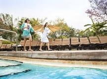 Twee mensen gaan die in een groot openluchttoevluchtpool zwemmen stock afbeelding