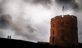 Twee mensen gaan naar de toren van Gediminas, Vilnius, Litouwen royalty-vrije stock foto's