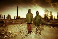 Twee mensen in gasmaskers Stock Afbeelding