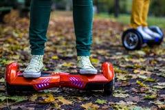Twee mensen gebruiken hoverboards Stock Foto