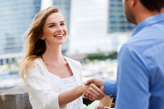Twee mensen geven handdruk na overeenkomst Royalty-vrije Stock Foto's