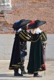 Twee mensen kleedden zich als 17de eeuw in Venetië Carnaval stock afbeelding