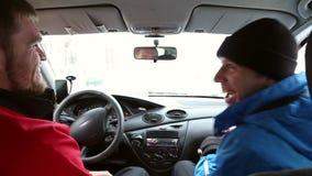 Twee mensen lachen terwijl het zitten in de auto stock footage